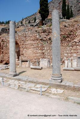 [NU901-2008-0144] GR - Delphes - Sanctuaire d'Apollon : Portique Nord (vue partielle, Agora romaine) - Présence de pierres gravées d'une croix provenant d'une église non localisée