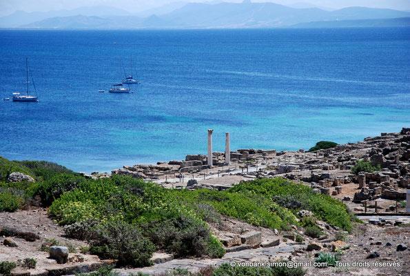 [NU904-2015-202] Tharros (Sardaigne) : Temple tétrastyle dont il ne reste que deux colonnes