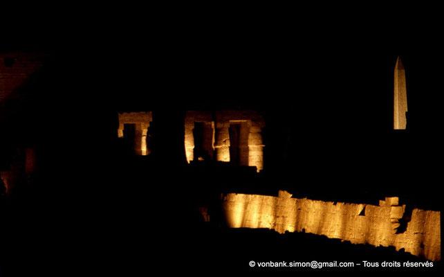 [081-1973-09] Karnak - Son et lumière : Colonnes à chapiteaux papyriformes fermés de la salle hypostyle - Obélisque de Thoutmôsis Ier