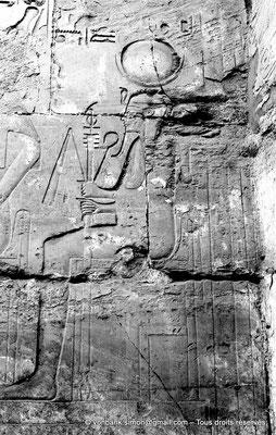 [NB077-1973-40] Karnak - Temple de Séthi II : Paroi Ouest de la chapelle d'Amon -  Séthi II offre 4 vases à la triade thèbaine dont les membres sont assis (détail du dernier membre)
