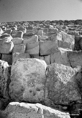 [083-1973-15] Gizeh - Khéops : Enormes blocs de pierre composant la pyramide du Roi