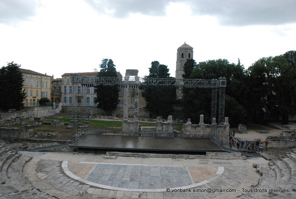 [NU001i-2018-0043] Arles (Arelate) - Théâtre : Orchestra, scène et deux colonnes du mur de scène