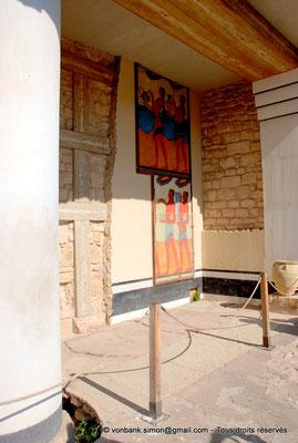 [NU905-2011-153] Cnossos (Crète) : Vue du propylée supérieur avec les copies de fresques (Piano Nobile)