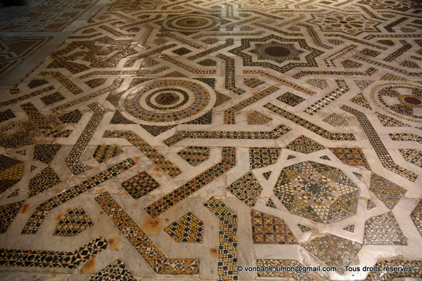 [NU906-2019-1717] Santa Maria Nuova (Monreale) :  Sol couvert de mosaïques de marbre, porphyre et granit