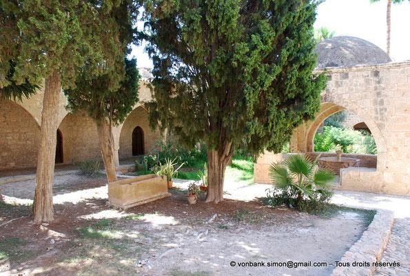[NU900-2012-0160] Agia Napa : Galerie extérieure à arcades du monastère