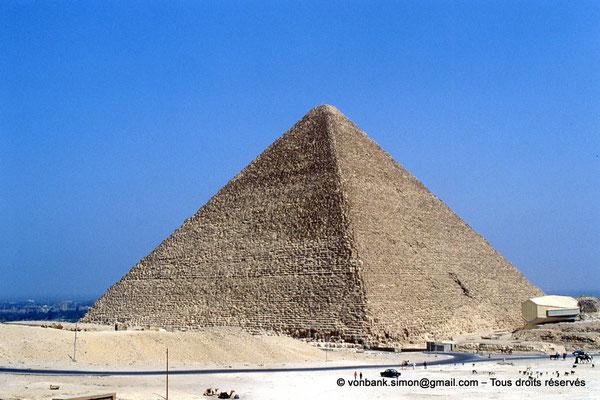 [067-1981-32] Gizeh - Khéops : La pyramide du Roi - En avant-plan, sur la droite, la structure moderne du musée de la barque solaire