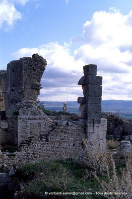 [034-1983-37] Dougga (Thugga) : Le mausolée lybico-punique vu depuis les thermes d'Aïn Doura
