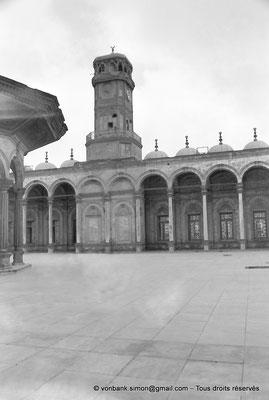 [NB072-1973-02] Le Caire - Mosquée Mohamed Ali Pacha : Fontaine à ablutions - En arrière-plan, colonnade et la tour-horloge