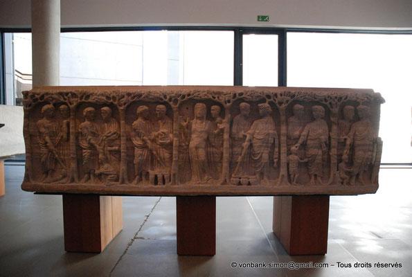 [NU001k-2018-0053] Arles (Arelate) : Sarcophage aux arbres, vers 375 - De part et d'autre de l'orante, s'ordonnent six scènes de miracles du Christ