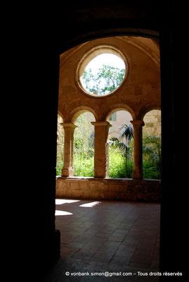 [NU001-2017-575] 34 - Villeveyrac - Valmagne : Galerie Est (vue depuis la sacristie)