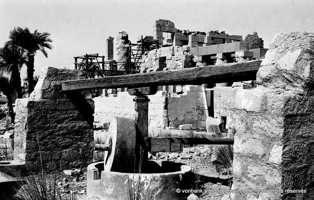 [NB075-1973-66] Karnak - Trésor de Chabaka : A proximité, pressoir copte ayant servi à la production d'huile d'olive et de sésame