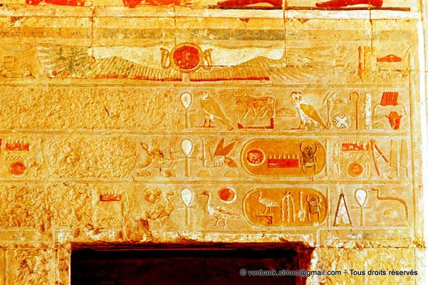 [080-1973-16] Deir el-Bahari : Temple d'Hatchepsout - Linteau sur lequel le nom d'Hatchepsout a été martelé (Chapelle d'Anubis)