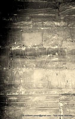 [NB086-1981-01a] Louxor - Temple d'Amon-Rê : Chambre de la barque d'Amon (détail paroi Est) - Alexandre entre dans le lieu où se trouve la chapelle d'Amon-Rê qui lui promet la royauté comme Rê