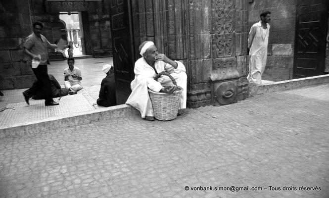 [NB072-1973-56] Le Caire - Mosquée Al-Azhar : Porte des barbiers (entrée principale)