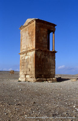 [007-1983-28] Haïdra (Ammaedara) : Mausolée tétrastyle - En arrière-plan, l'arc de Septime Sévère (de profil)