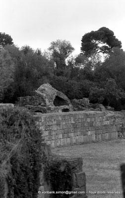 [NB036-1978-59] Tipasa de Maurétanie : Amphithéâtre - Mur de l'arène et ruine d'une voûte supportant les gradins (détail)