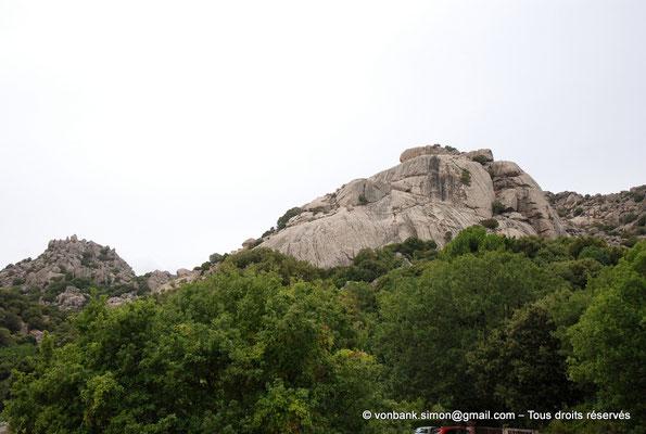 [NU904-2015-136] Nuraghe Majori (Sardaigne) : Relief situé aux environs