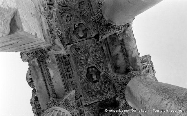 [NB071-1973-10] Baalbek : Temple de Bacchus - Bas-côté avec son plafond à caissons