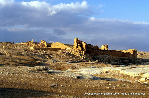 [008-1983-03] Haïdra (Ammaedara) : Citadelle byzantine - Vu depuis le lit de l'oued
