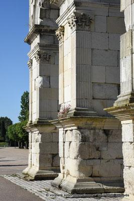[NU910-2020-2076] Saintes (Mediolanum Santonum) : Vue partielle de la face Est de l'arc votif - Détail des pilastres à chapiteau corinthien