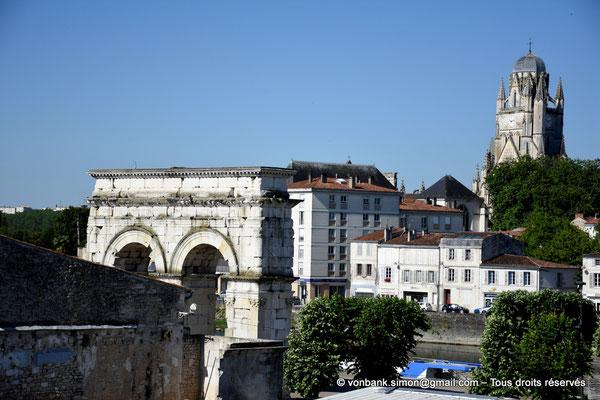 [NU910-2020-2080] Saintes (Mediolanum Santonum) : Vue partielle de la face Est de l'arc votif