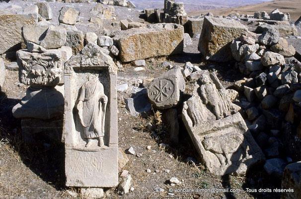 [002-1983-29] Mons (Mopth...) : Stèles de la nécropole