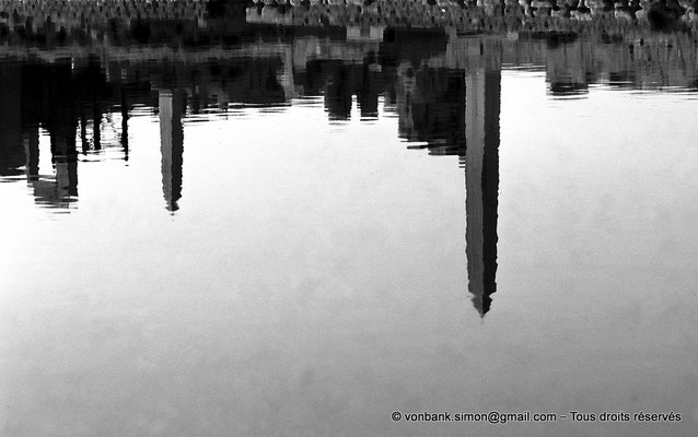 [NB074-1973-38] Karnak - Lac sacré : Reflet des obélisques de Thoutmôsis Ier et d'Hatchepsout dans les eaux du lac sacré