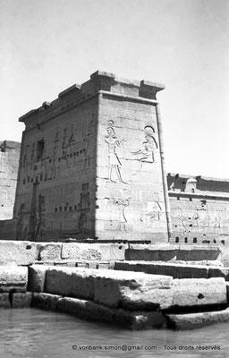 [NB076-1973-65] Philae : Temple d'Isis (parties supérieures de la façade Est) - Toit terrasse de l'Edifice à portique, Pylône 2, Pronaos