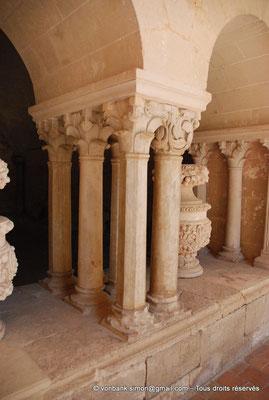 [NU001-2017-580] 34 - Villeveyrac - Valmagne : Salle capitulaire - Groupes de colonnettes à chapiteaux décorés de feuillage