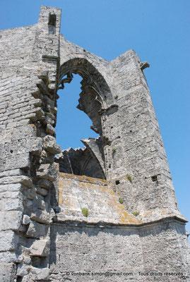 [NU001-2017-521] 34 - Gigean - Saint-Félix de Montceau : Fenêtre tréflée du chevet de l'abbatiale