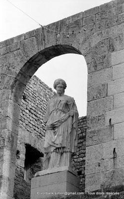 [NB048-1978-05] Guelma (Calama) : Théâtre - Statue de Annia Aelia Restituta (?)