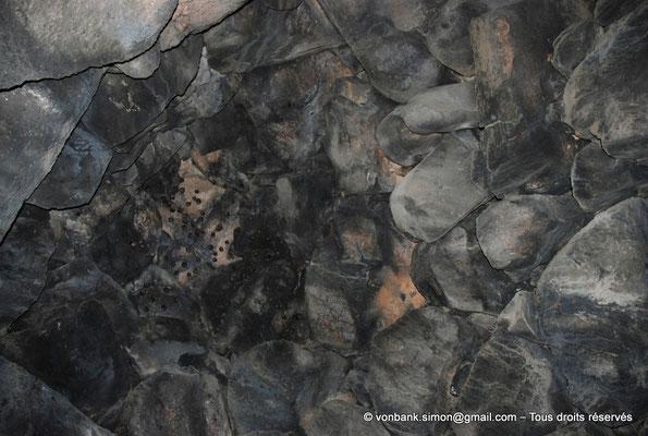 [NU904-2015-113] Nuraghe Majori (Sardaigne) : Chambre couverte en fausse coupole abritant une colonie de petites chauve-souris (Rhinolophus hipposideros)