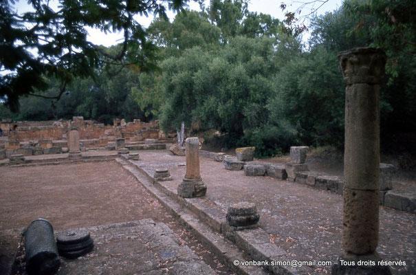 [073-1978-26] Tipasa de Maurétanie : Cour du temple anonyme - En arrière-plan, le nouveau temple
