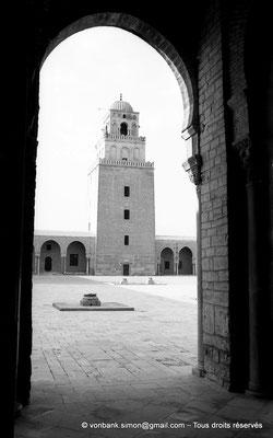 [NB012-1981-23] Kairouan : Mosquée Oqba Ibn Nafi - Minaret - Au premier plan, margelles de puisage de l'eau dans la citerne souterraine