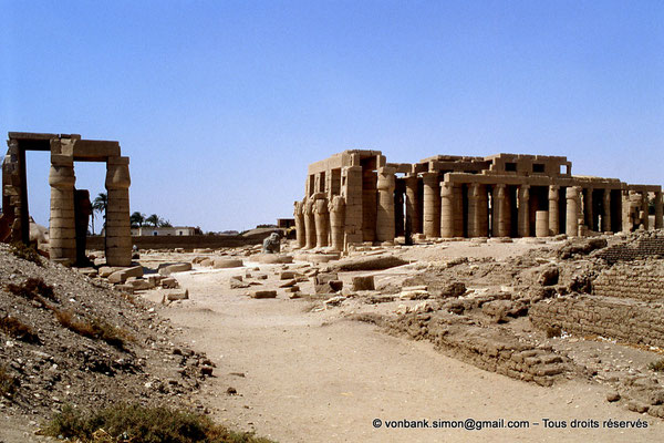 [069-1981-55] Ramesseum : Au centre, deuxième cour - A droite, la salle hypostyle puis le sanctuaire