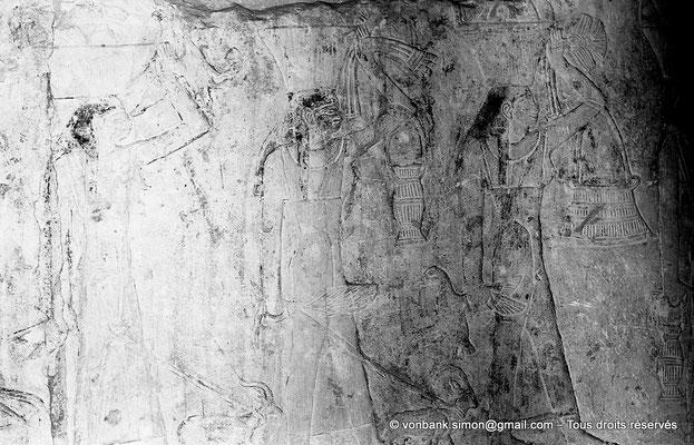 [NB080-1973-41] Saqqara - Mastaba de Watetkhethor : Femmes chargées d'offrandes alimentaires diverses qu'elles portent à la main, en travers du bras ou dans des paniers sur la tête (Chambre B3, mur Ouest)