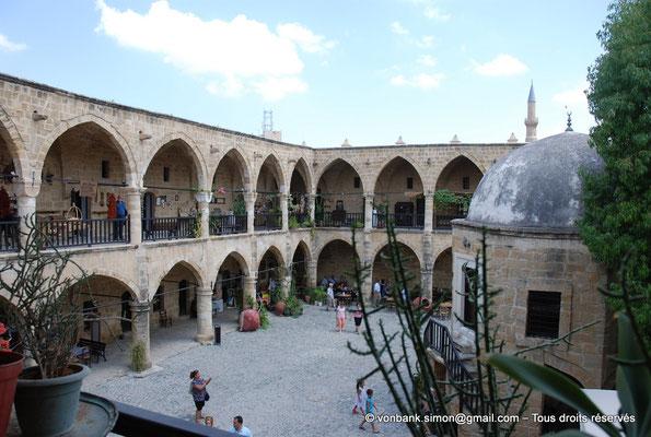 [NU905-2014-0292] Nicosie - Agia Sophia : Vue partielle de la cour intérieure du Büyük Han avec ses deux niveaux de galerie - en arrière-plan, minaret Nord de la mosquée Selimiye