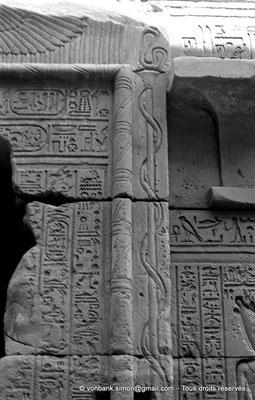 [NB070-1973-54] Karnak - Temple d'Opet : Façade extérieure Est - Montant Nord de la porte de la chapelle sous le sanctuaire (Ptolémée Néos Dionysos)