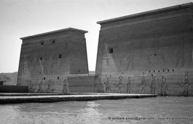 [NB076-1973-47] Philae : Temple d'Isis - Toit du Mammisi (au ras de l'eau), Pylône 1