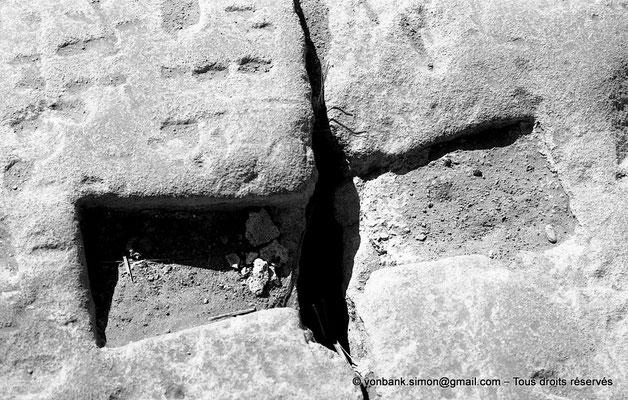 [NB075-1973-64] Karnak - Temple de Ptah : Réservation vide d'un crampon pour lier deux pierres de taille entre elles