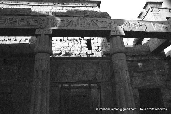 [NB079-1973-06] Louxor - Temple d'Amon-Rê : Triple reposoir venant du démontage d'une chapelle (Hatchepsout) réutilisé par Ramsès II. Il comporte 3 chapelles avec sur le devant 4 colonnes en granit de type papyrus fermé.