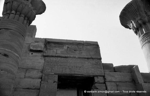 [NB075-1973-50] Karnak - Temple de Ptah : Depuis le kiosque, vue sur le linteau de la Porte F (Thoutmosis III)