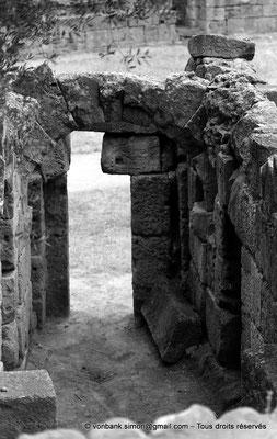 [NB036-1978-57] Tipasa de Maurétanie : Amphithéâtre - Porte sur l'arène (détail)