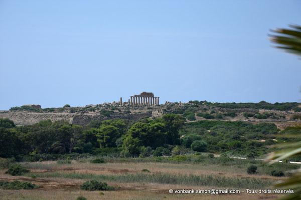 [NU906-2019-1474] Sélinonte - Temple C (face Nord) et remparts : Vue prise depuis l'arrière du temple E sur la colline orientale