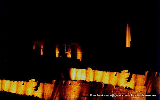 [081-1973-42] Karnak - Son et lumière : Murs d'enceinte de l'Ipet-Sout - En arrière-plan, colonnes de la salle hypostyle et obélisque de Thoutmôsis Ier