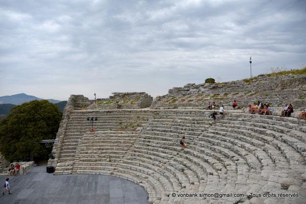 [NU906-2019-1348] Ségeste - Théâtre : Orchestre et partie inférieure de la cavea (vue prise depuis l'Ouest)