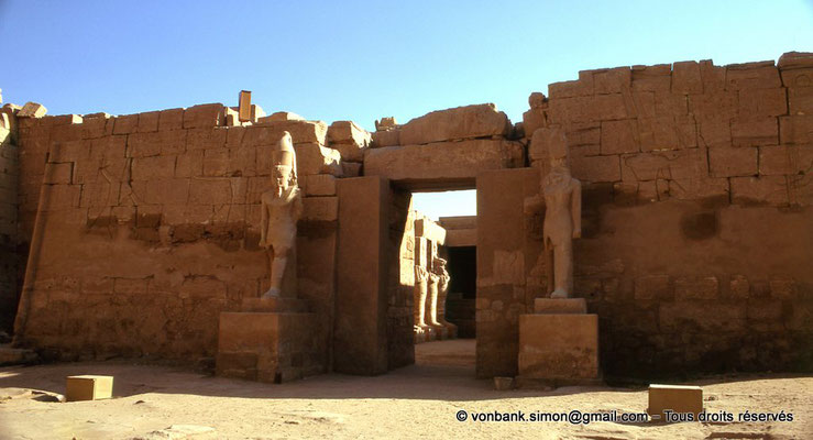 [082-1973-04] Karnak - Temple de Ramsès III : Façade du temple, vue prise depuis la grande cour