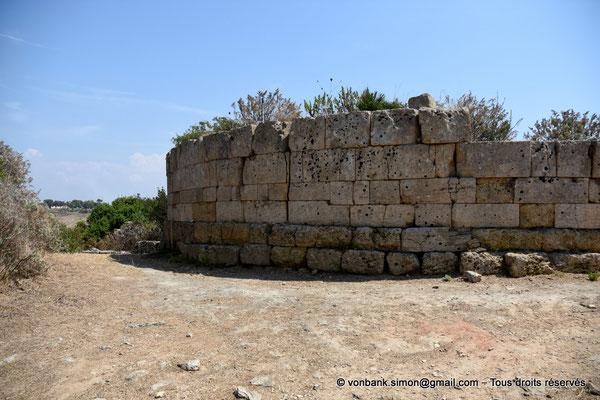 [NU906-2019-1508] Sélinonte : Fortifications extérieures de la Porte Nord (en direction de l'Est) - Mur semi-circulaire de la tour principale