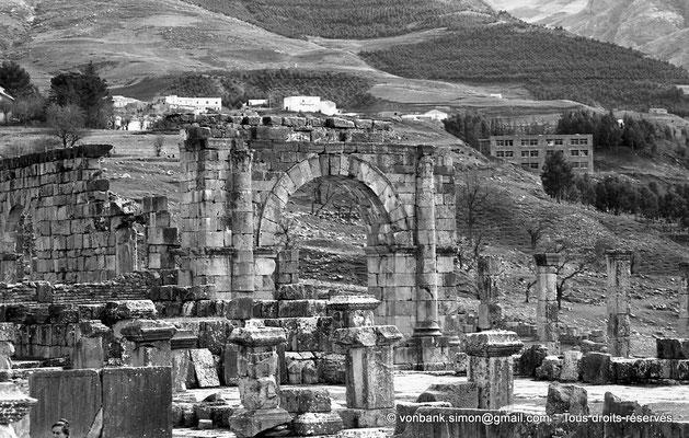 [NB059-1978-18] Djemila (Cuicul) : Face Nord de l'arc vue depuis le capitole