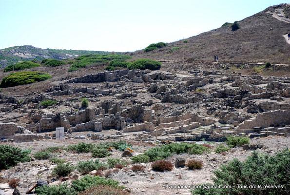 [NU904-2015-212] Tharros (Sardaigne) : Ruines d'habitations adossées à la colline de San Giovanni
